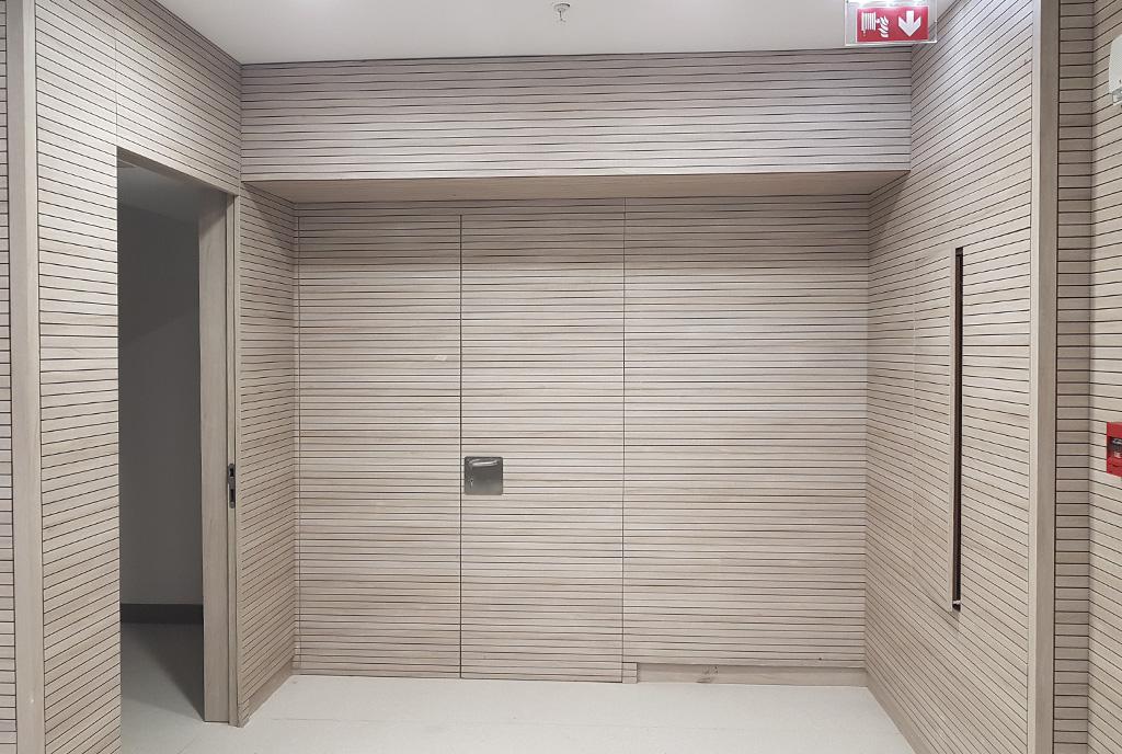 Auditorio del hospital de Antofagasta en Chile, puertas