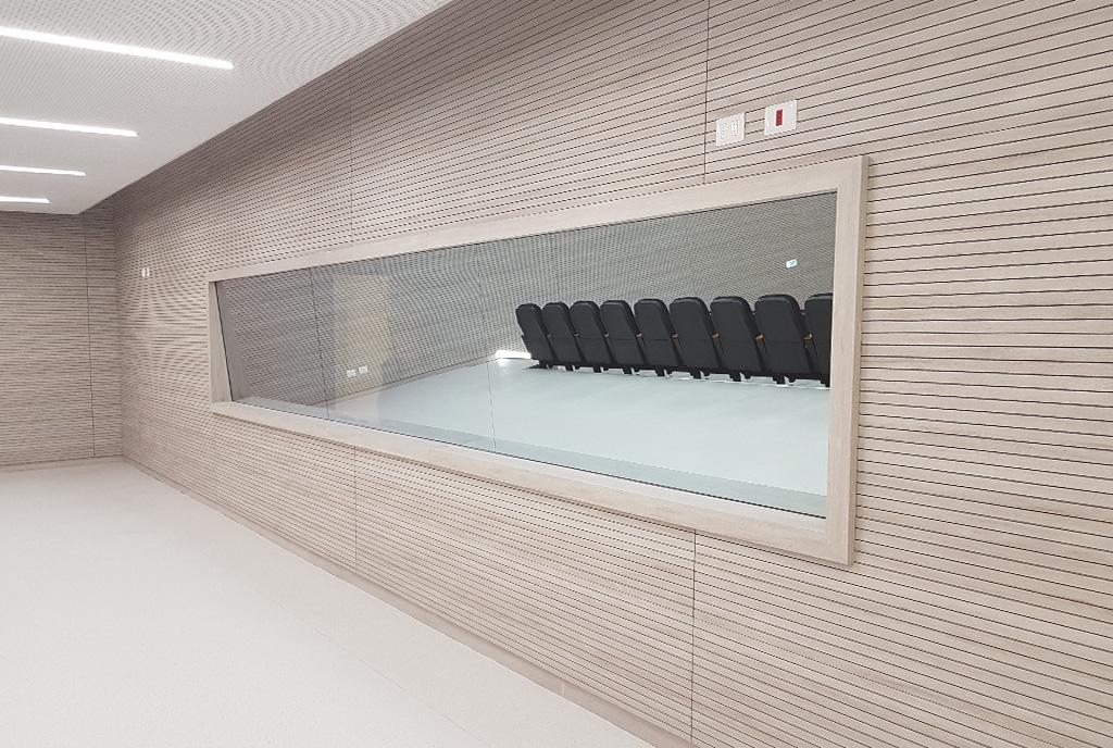 Auditorio del hospital de Antofagasta en Chile, empanelados