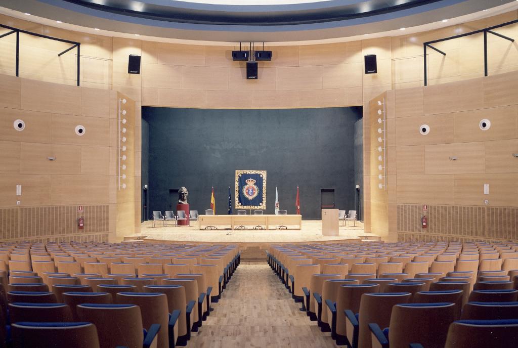 Empanelados de madera en el auditorio de la Universidad Rey Juan Carlos de Madrid
