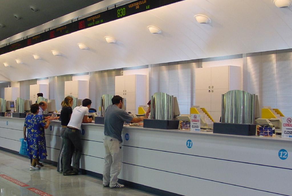 Mobiliario y mostradores de la estación de Atocha hecho por Teisa