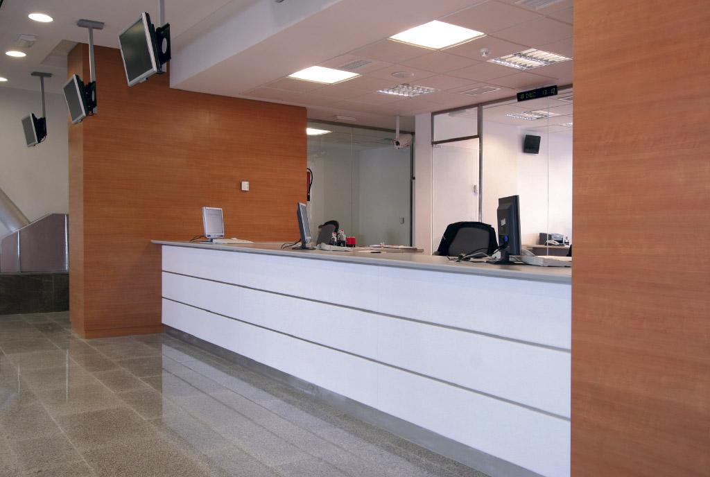 Mobiliario y mostradores en la estación de AVE de Antequera