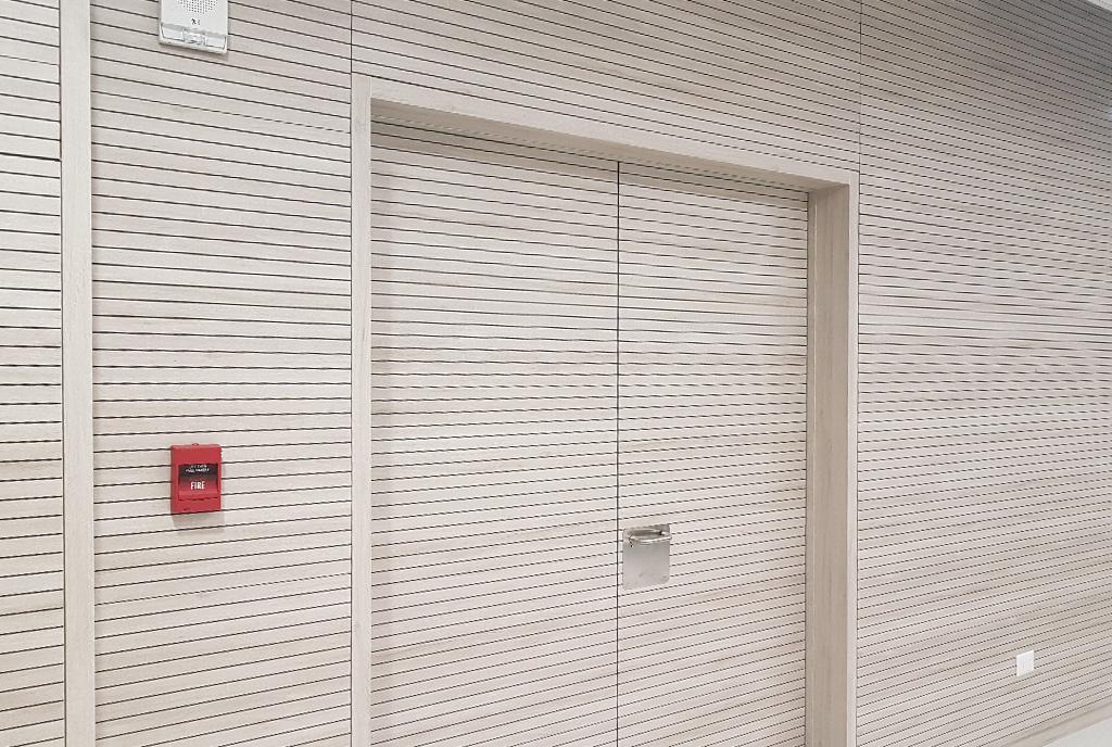Auditorio hospital de Antofagasta en Chile, puertas